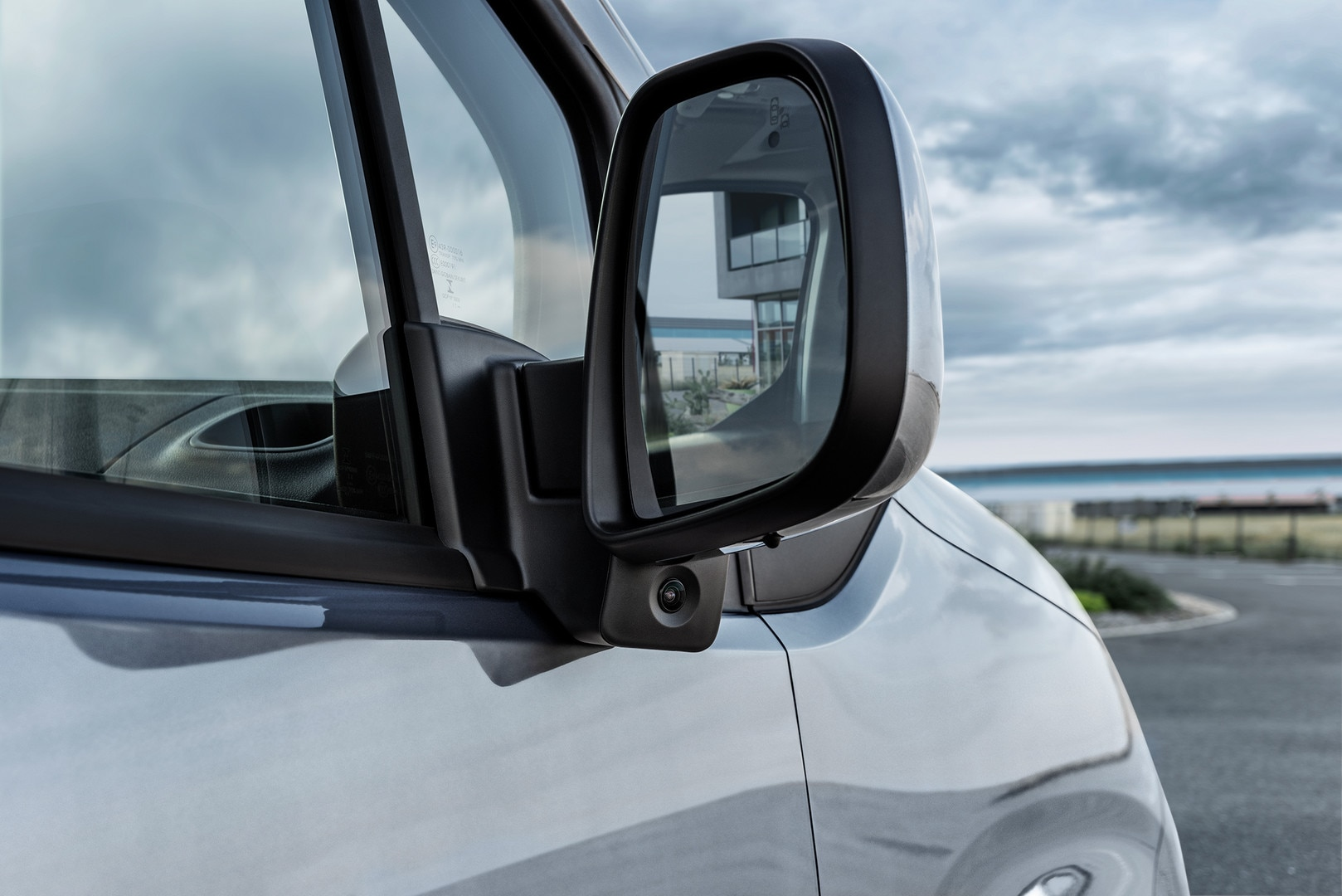 NEW PEUGEOT PARTNER: NEW PEUGEOT PARTNER: Surround Rear Vision with its side camera under the passenger mirror to reduce the blind spot on the passenger side
